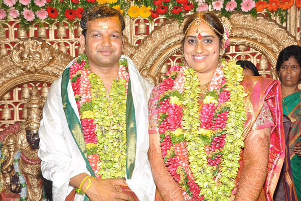 Actress Kavitha Daughter Sravanthi And Chetan Wedding Photos