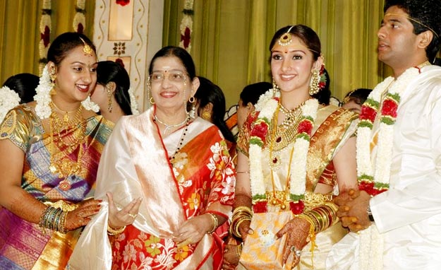 Sridevi Vijayakumar Cleavage: Actress Sridevi Vijayakumar And Rahul Wedding Photos