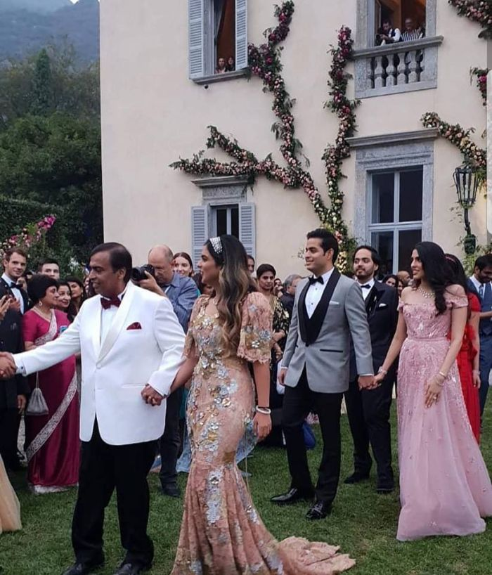 Mukesh Ambani Walks Daughter Isha To Anand Piramal On Engagement Pics